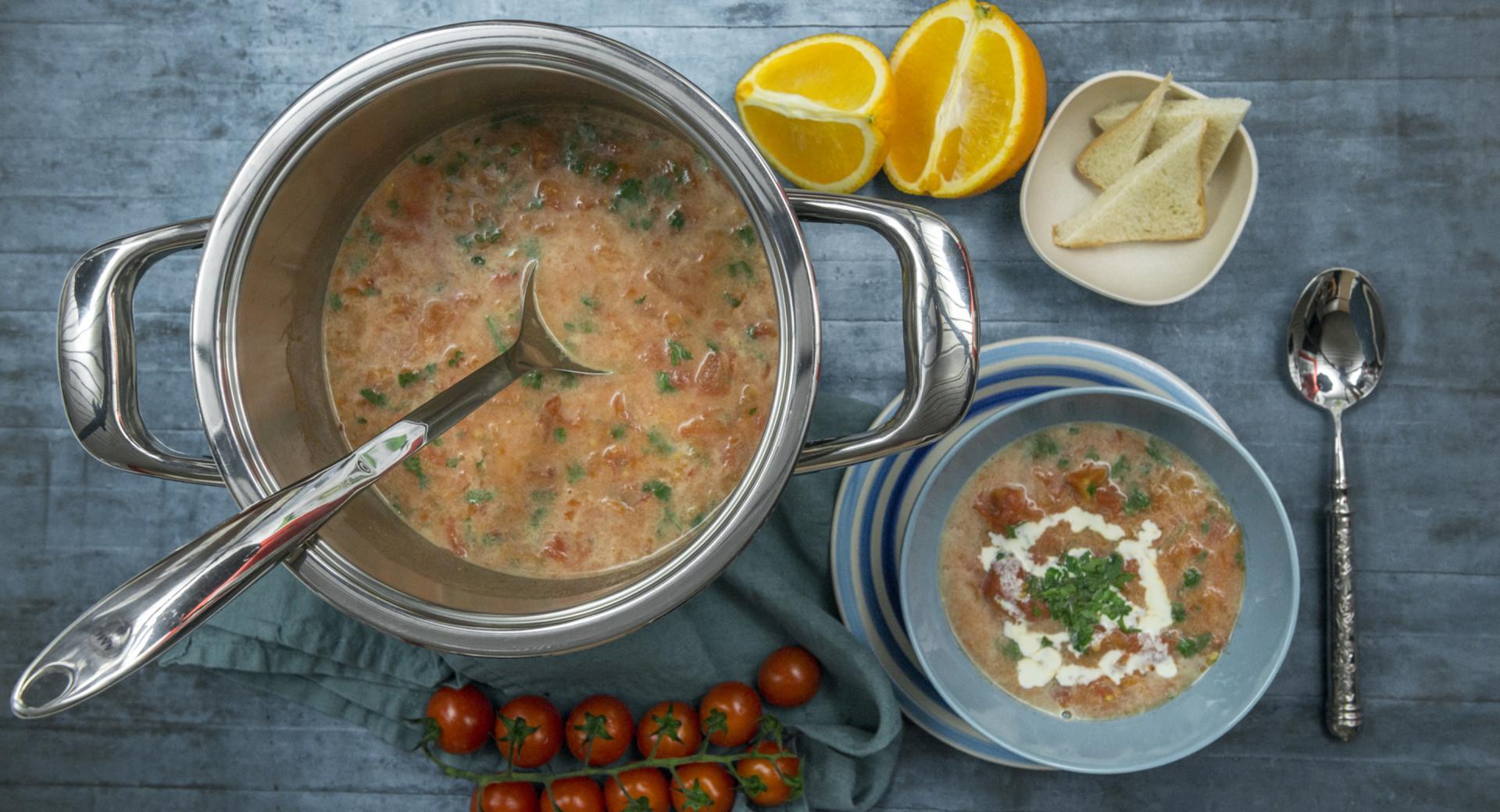 Sopa de tomate con naranja