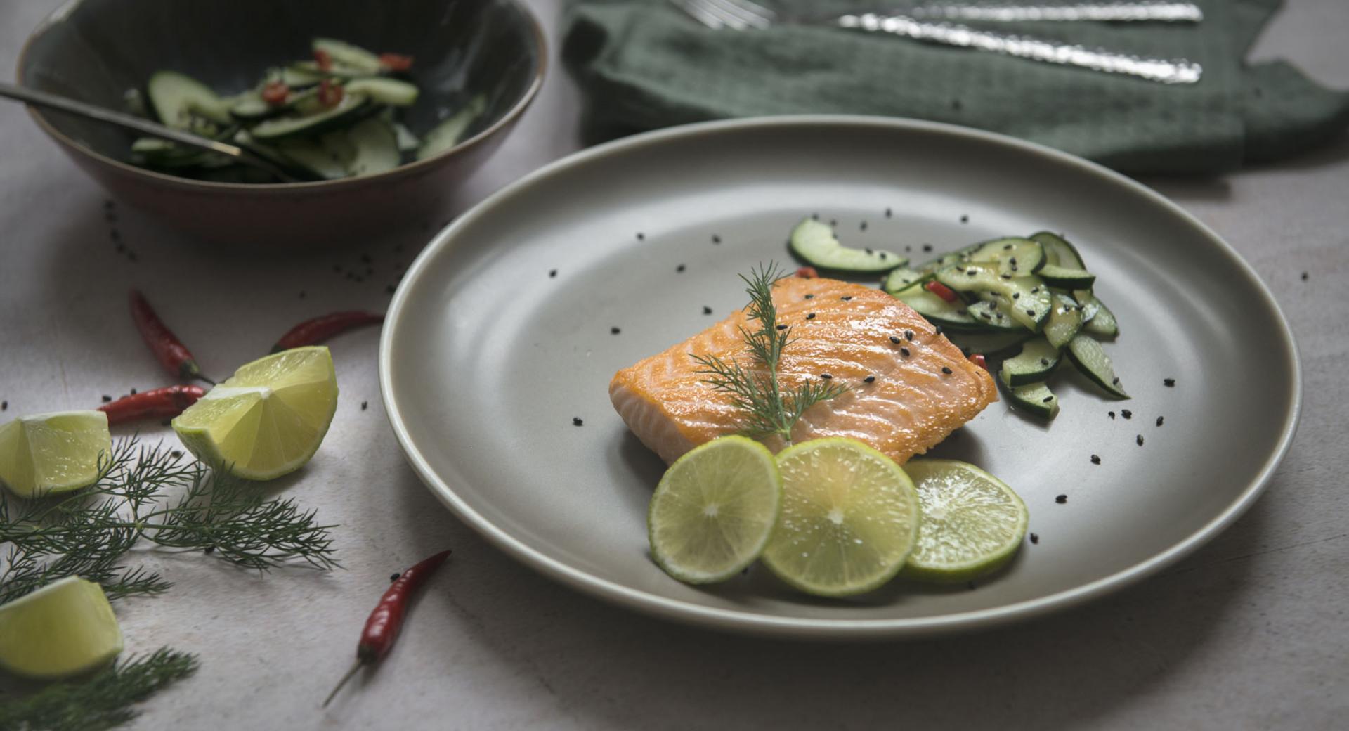 Salmón con ensalada de pepino y guindilla