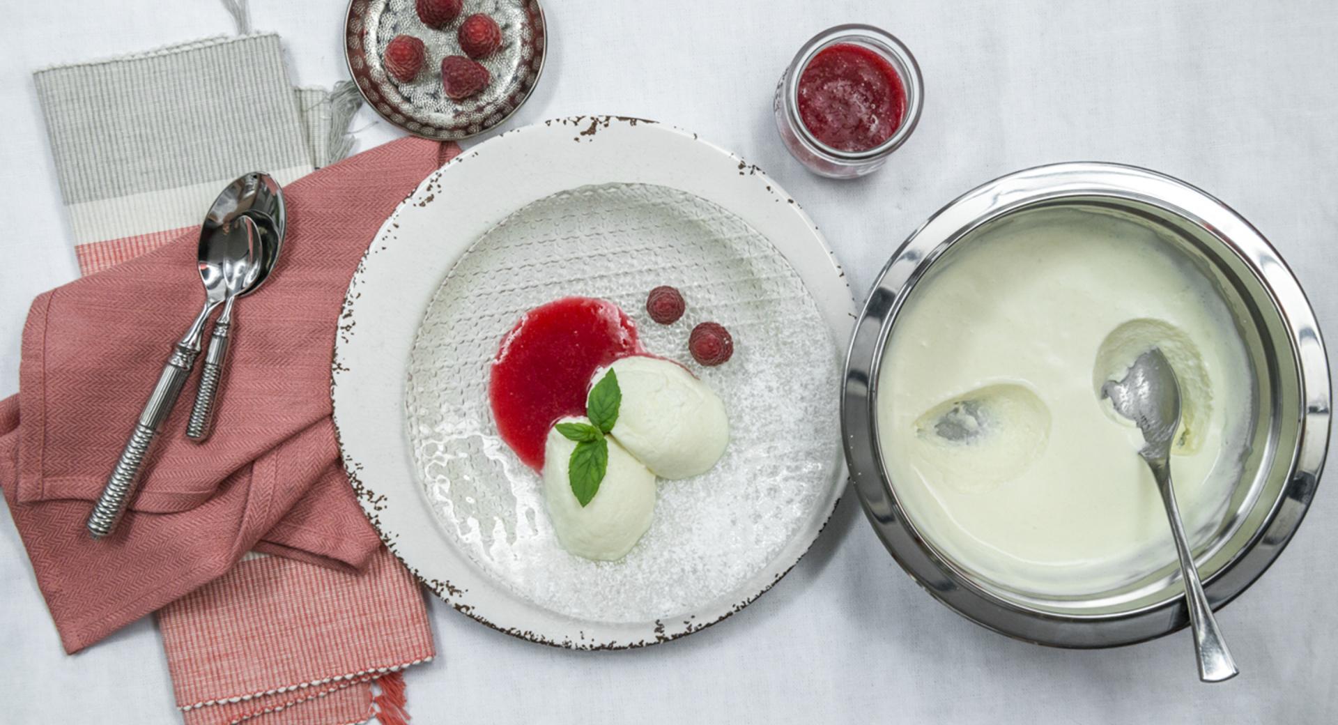 Crema de leche y puré de frambuesa
