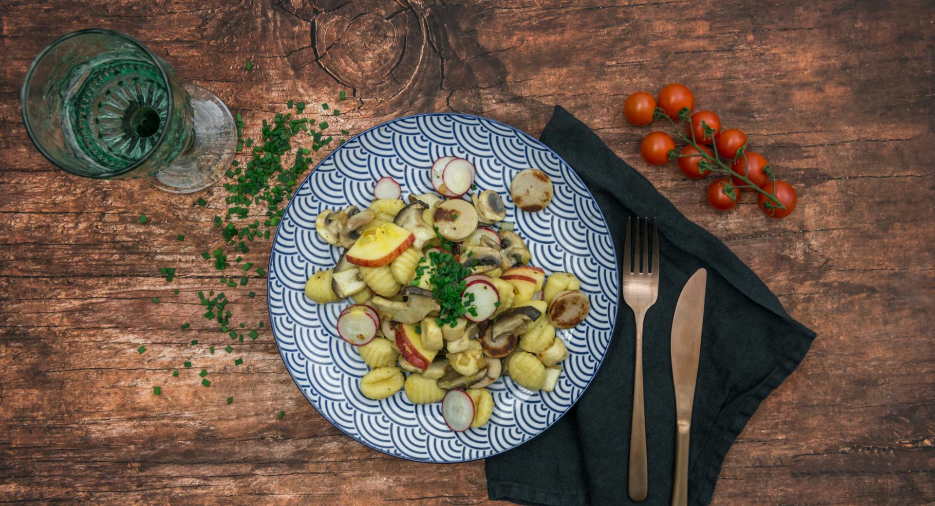 Ensalada de ñoquis, setas y salchichas bratwurst