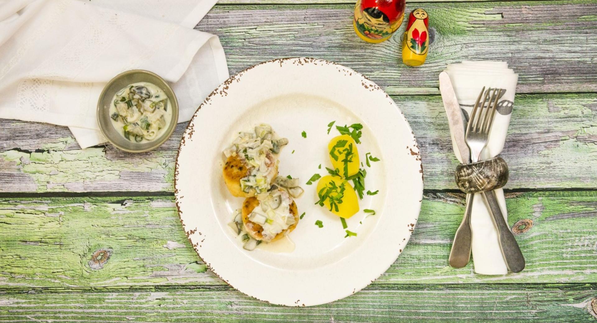 Albóndigas de pescado con salsa de pepino