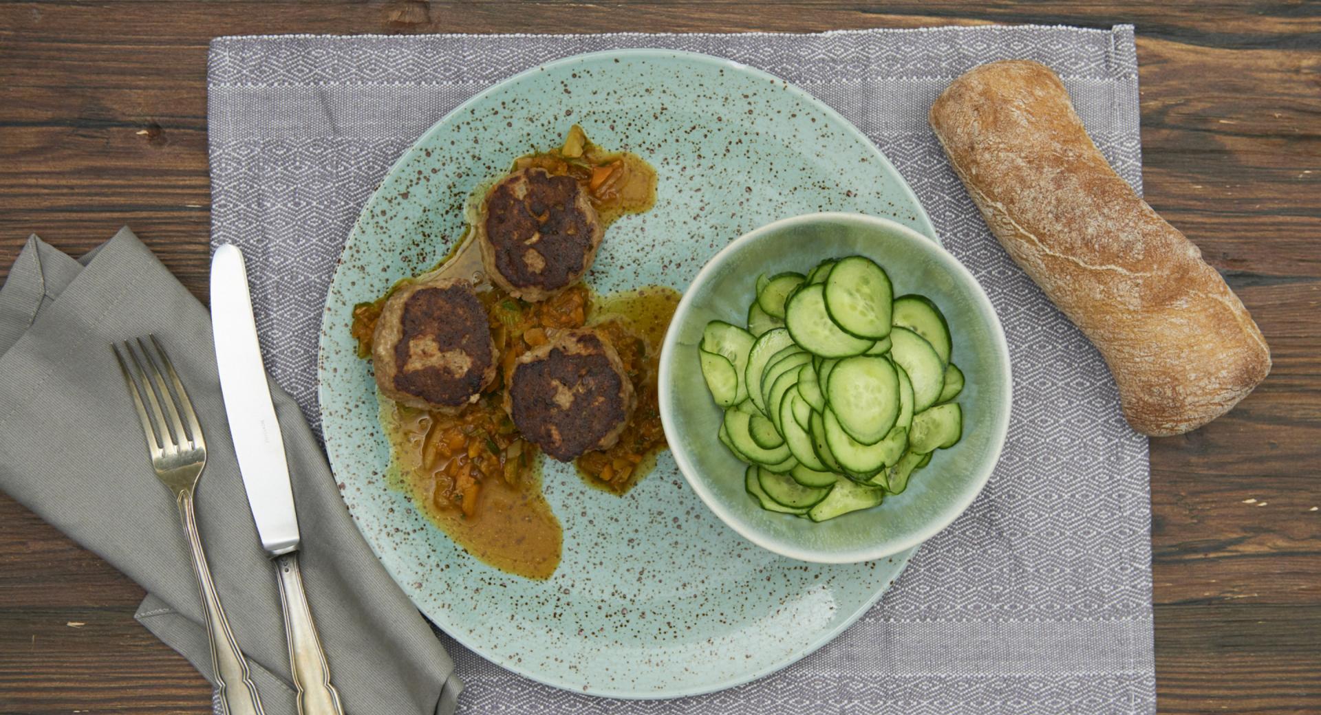 Albóndigas danesas con ensalada de pepino