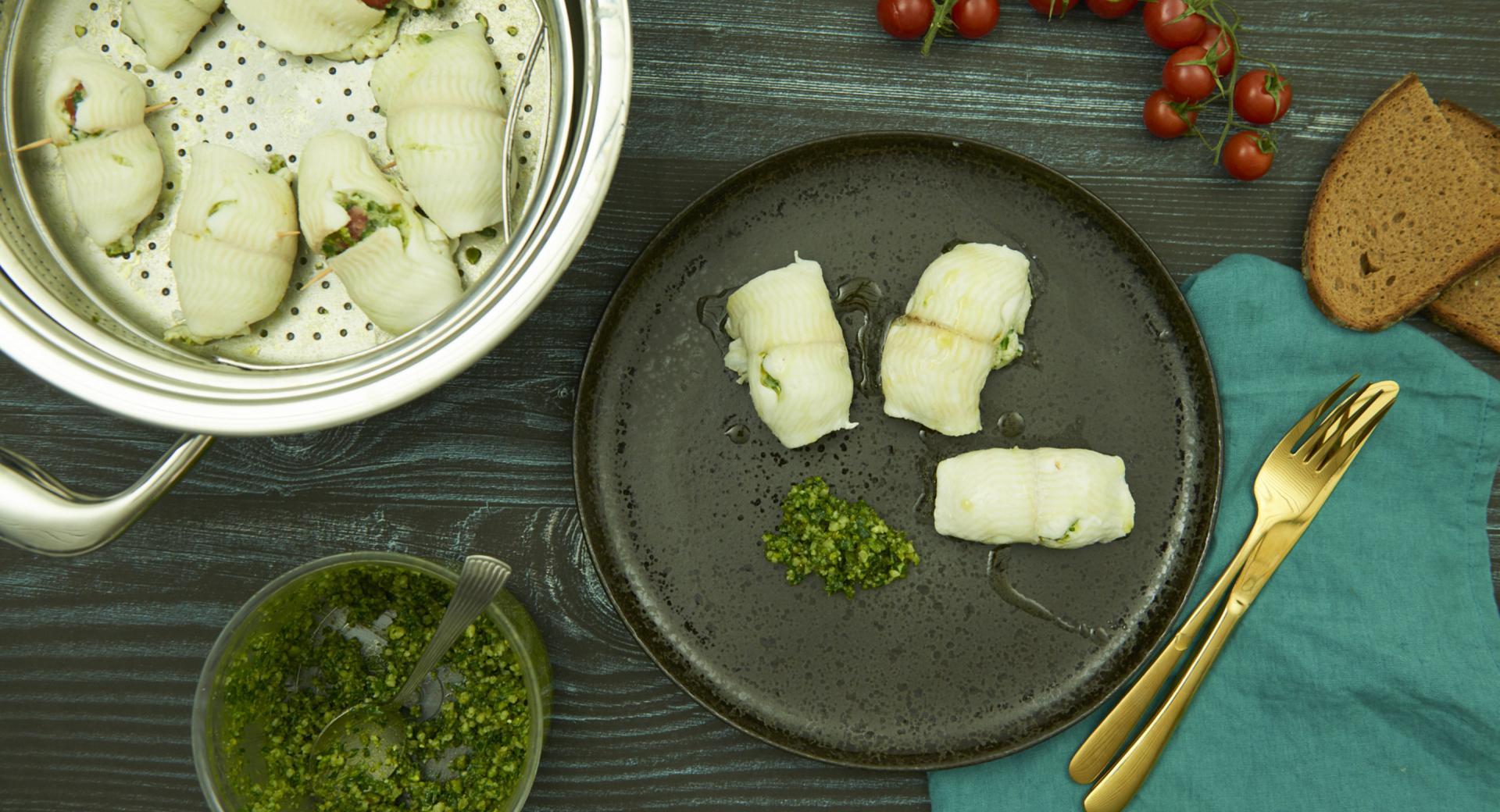 Rollitos de pescado con pesto de rúcula