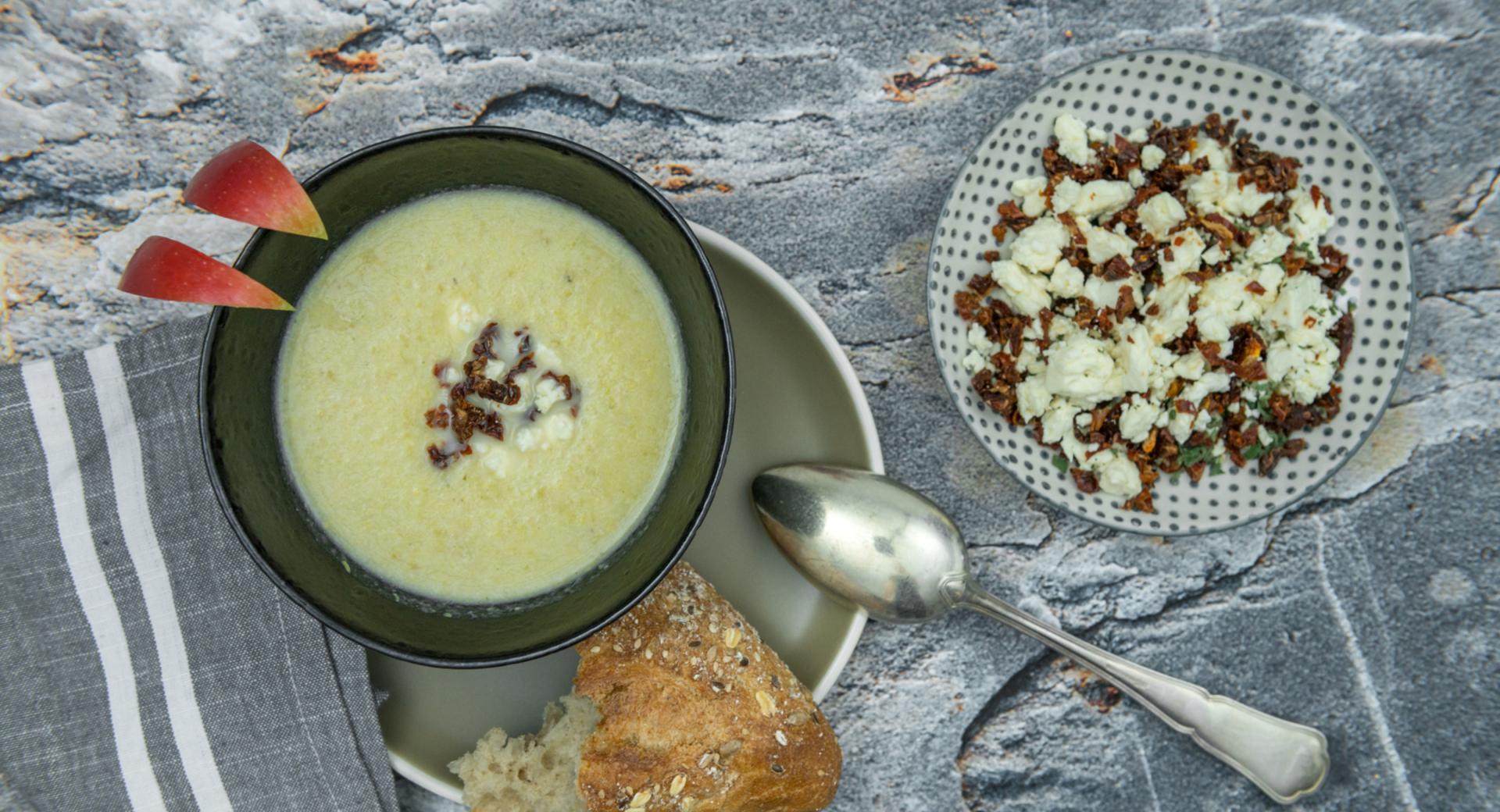 Sopa de col y manzana con queso feta