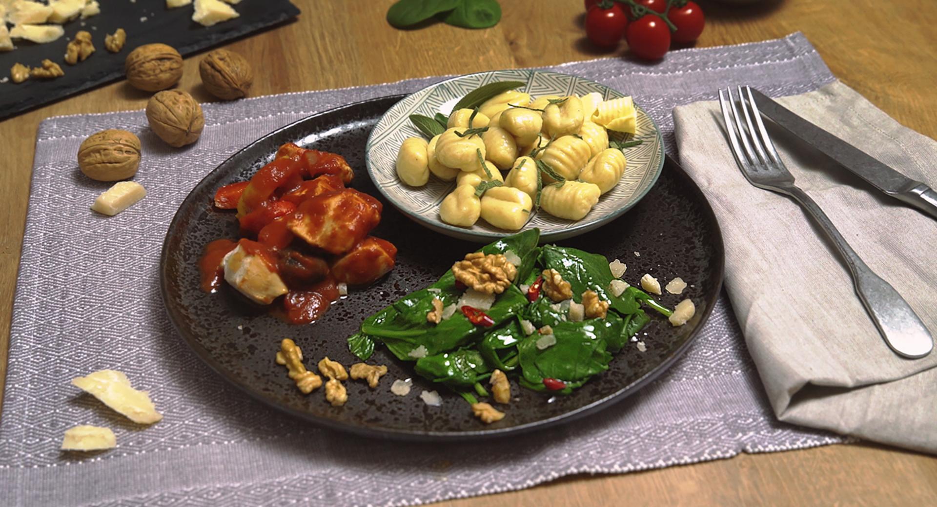 Pollo con pimientos, ñoquis y espinacas