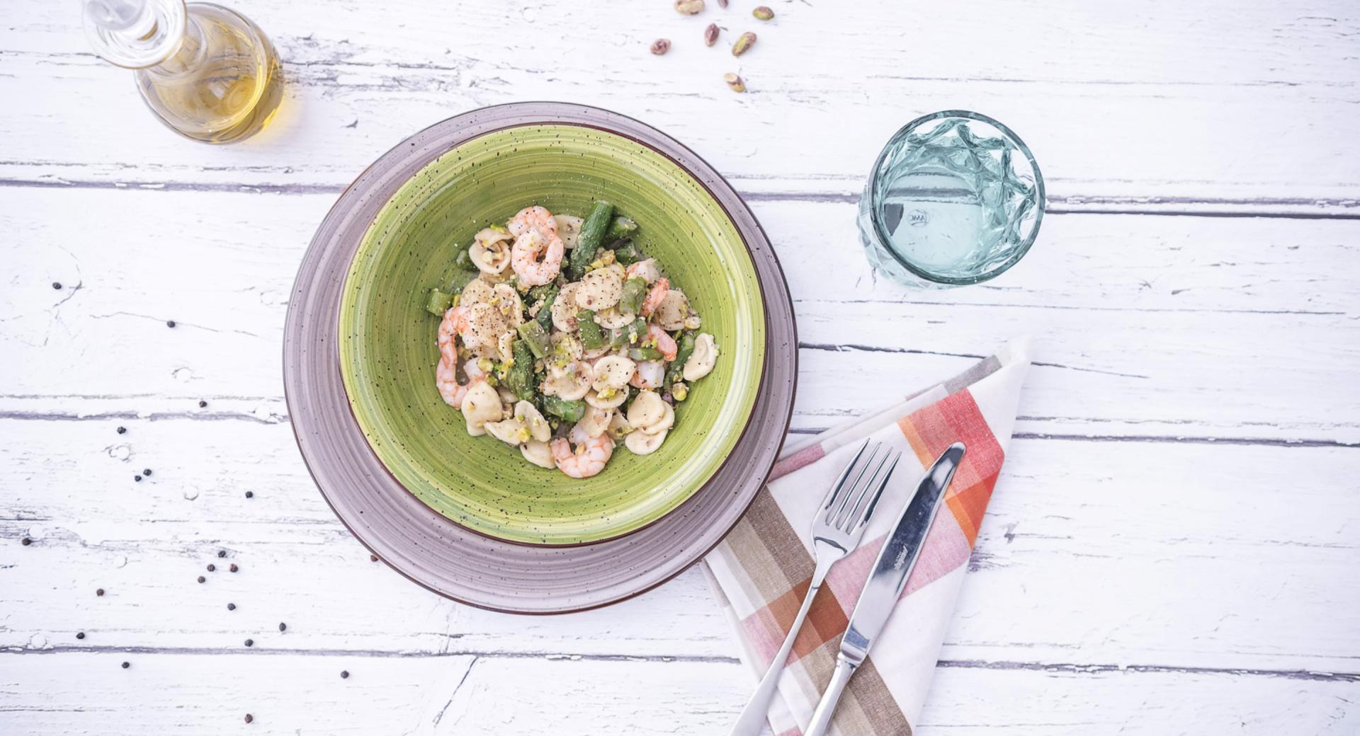 Orecchiette con  espárragos, gambas y pistachos