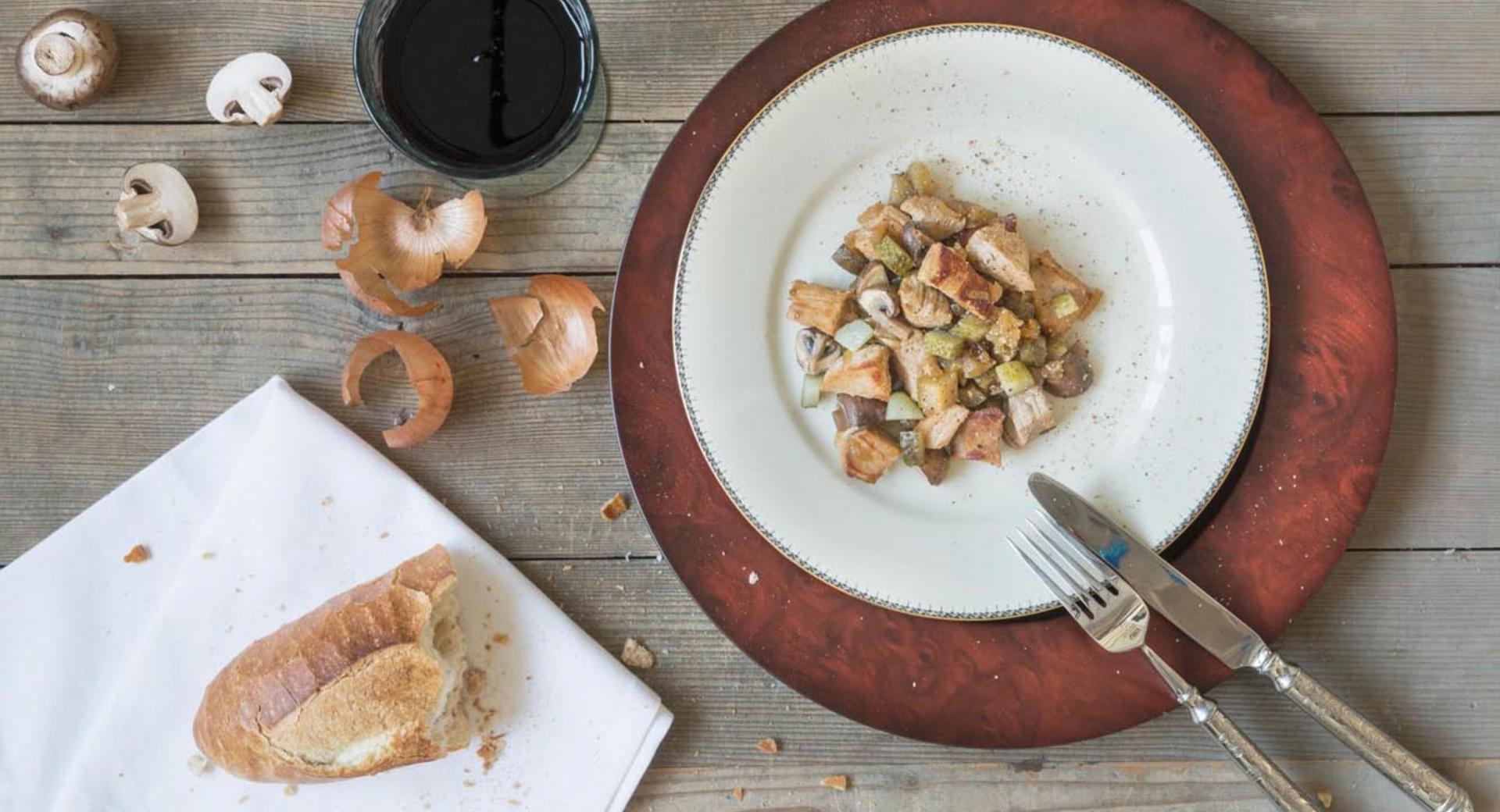 Cazuela de carne con champiñones y pepinillos