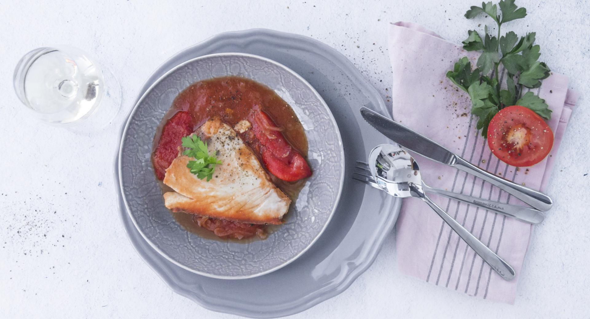 Bonito con tomate y pimientos