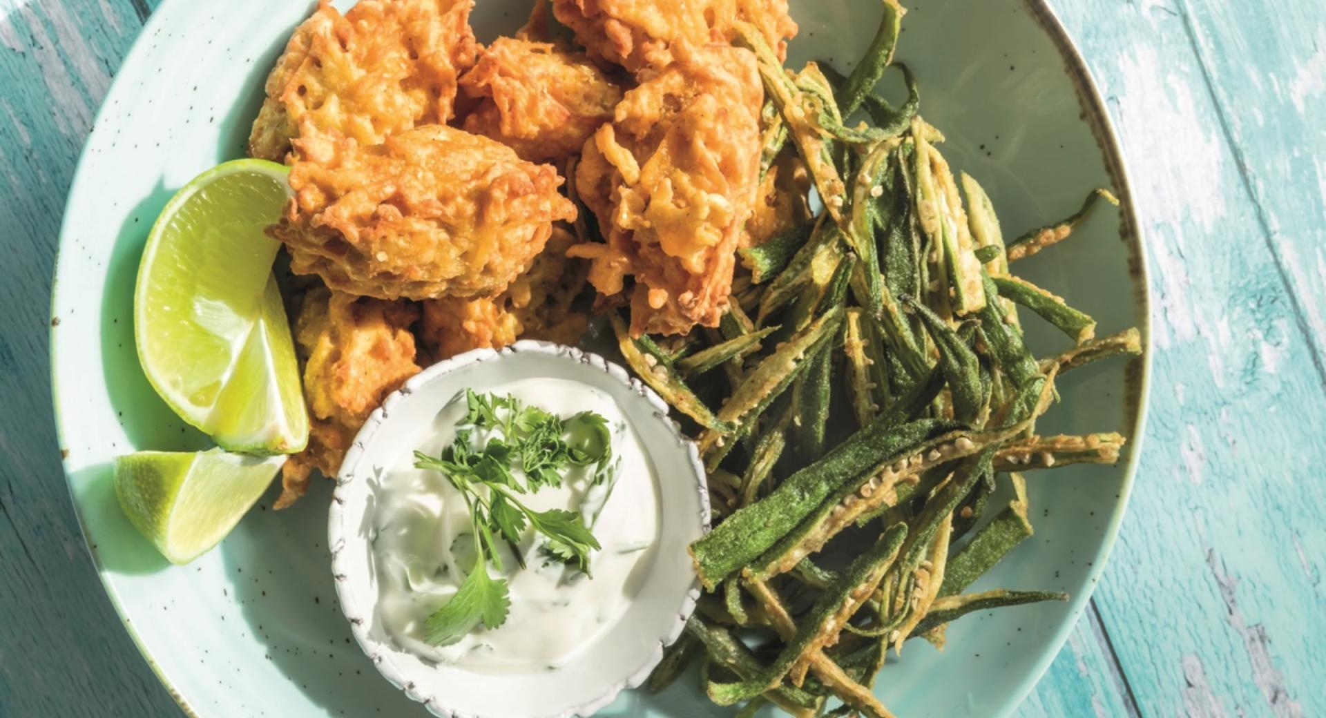 Bhajis (buñuelos vegetales hindús) con Bindhi Kurkuri (okra frita)