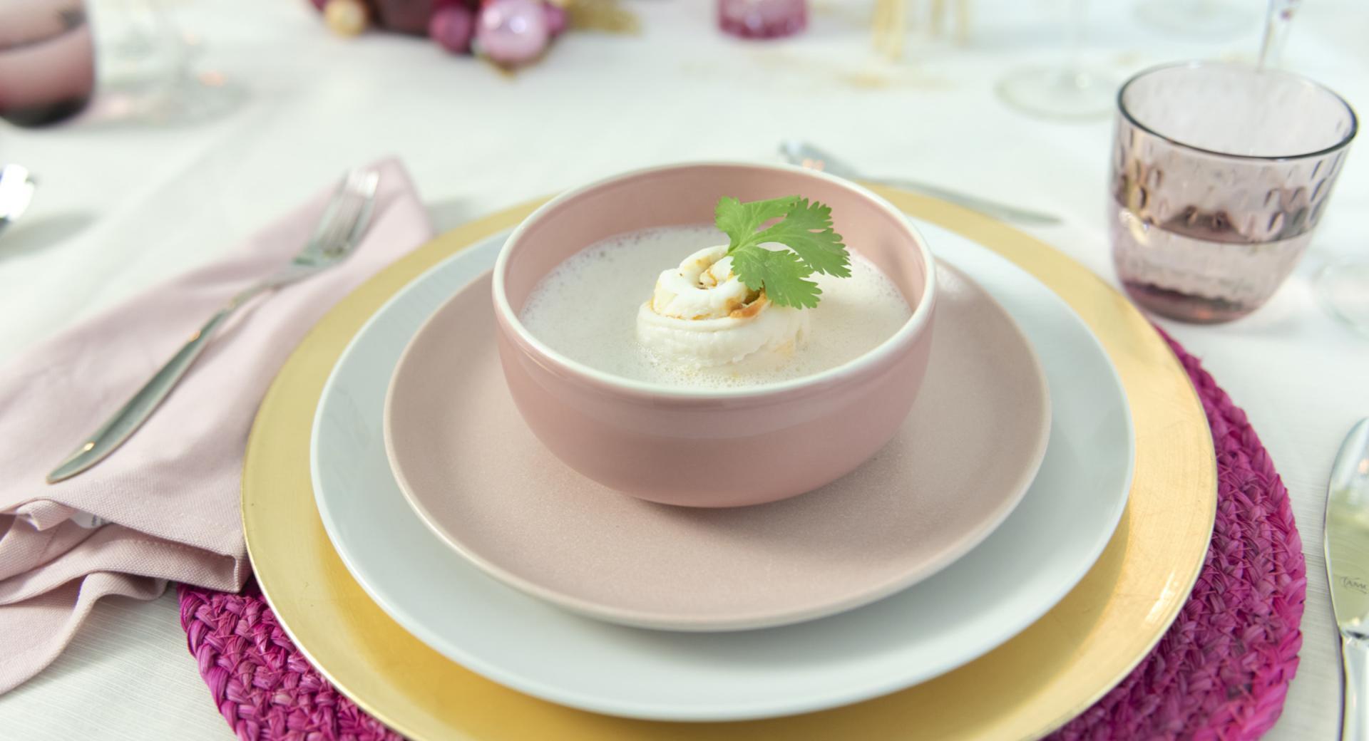Sopa de coco cremosa con rollitos de pescado