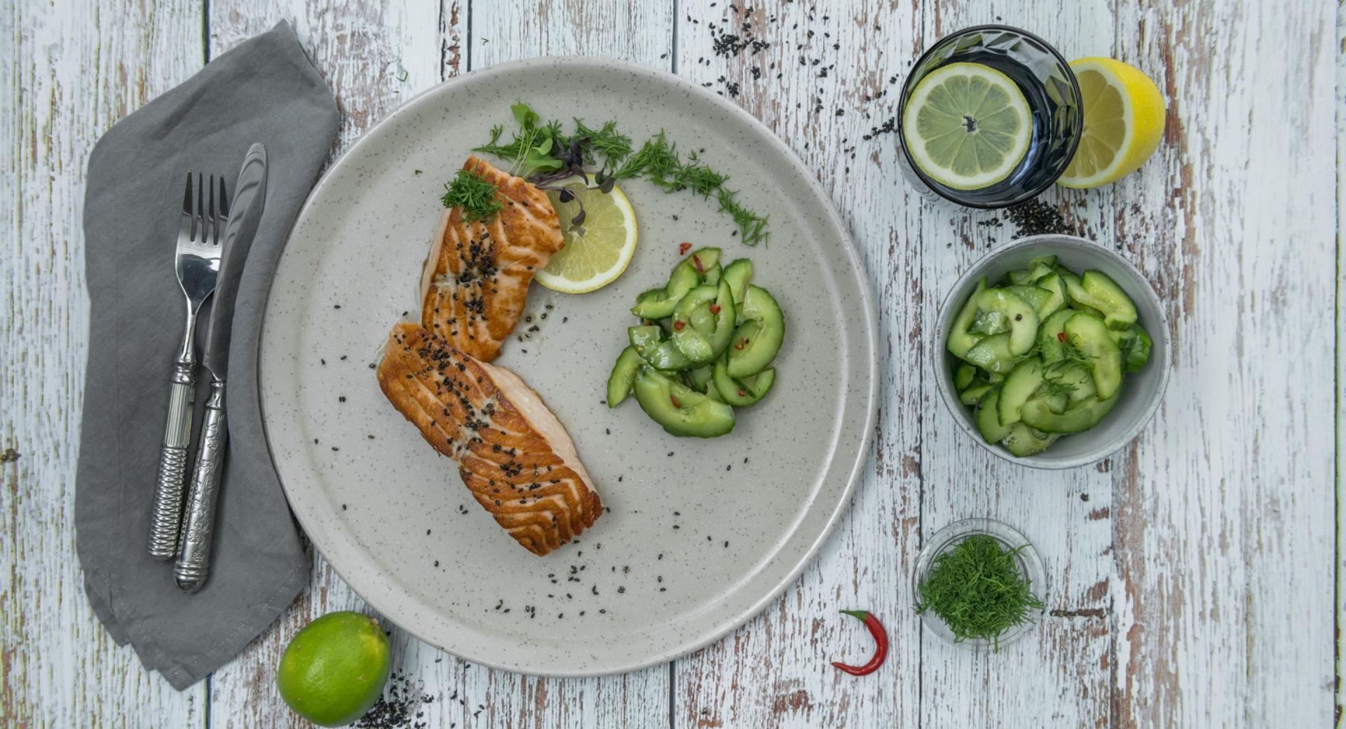 Filete de salmón con ensalada de pepino y chile