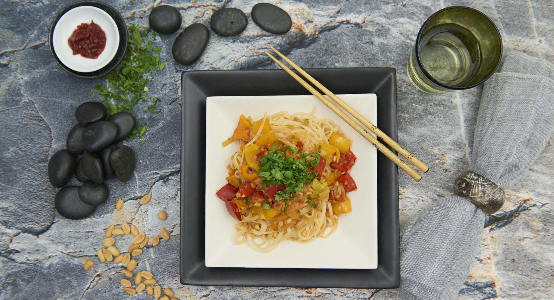 Fideos con verduras y salsa de cacahuete