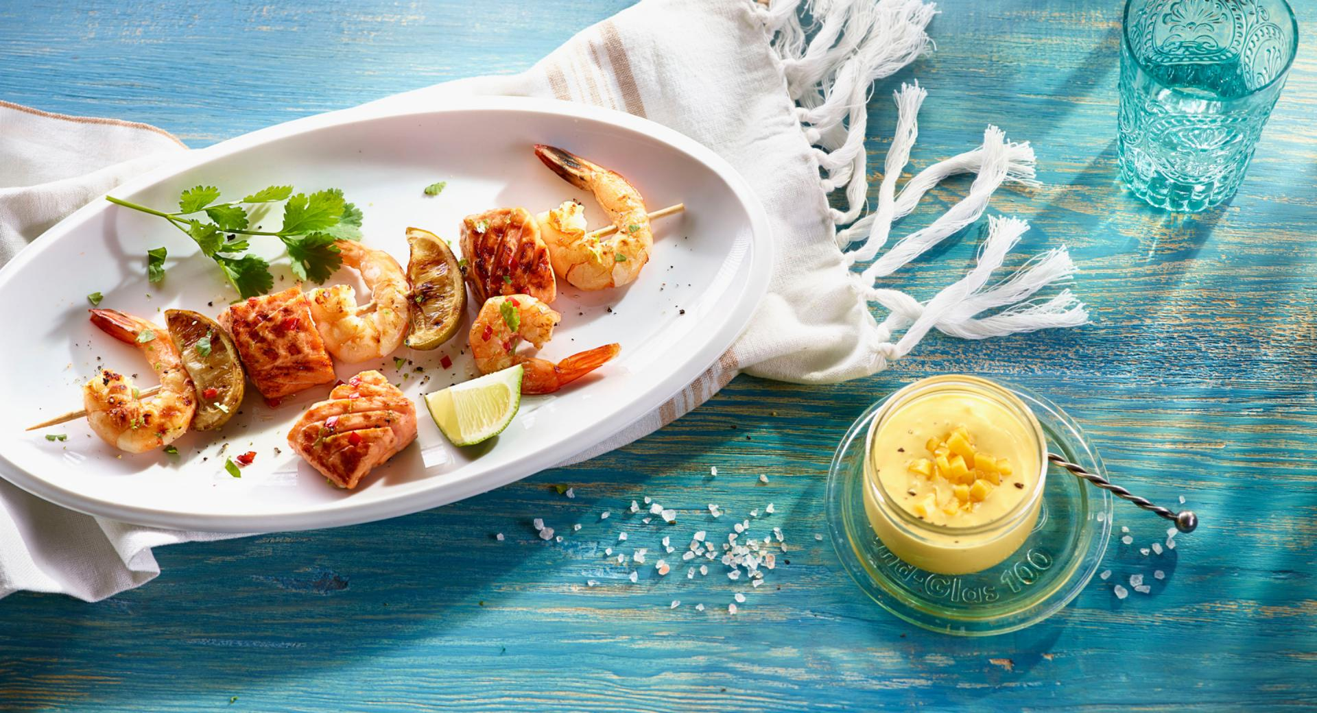 Brochetas de salmón y gambas marinadas con caipiriña