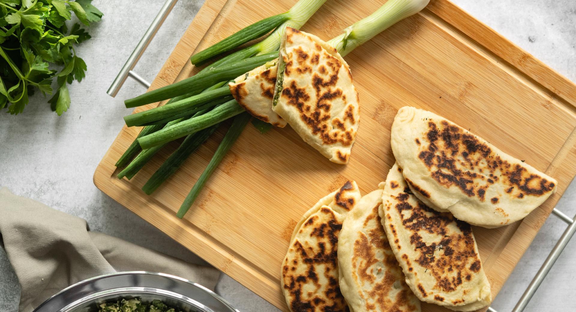 Pan de pita relleno de queso y espinacas