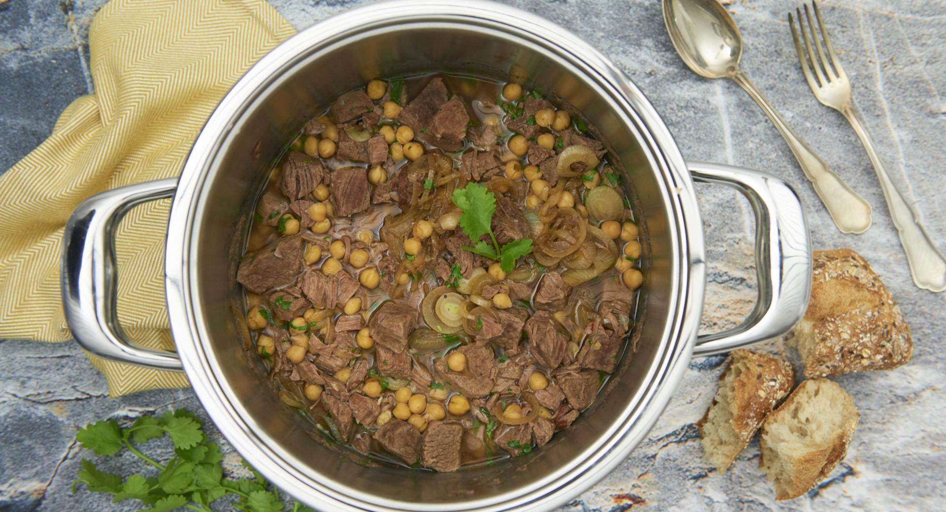 Estofado de carne con garbanzos y cebolla caramelizada