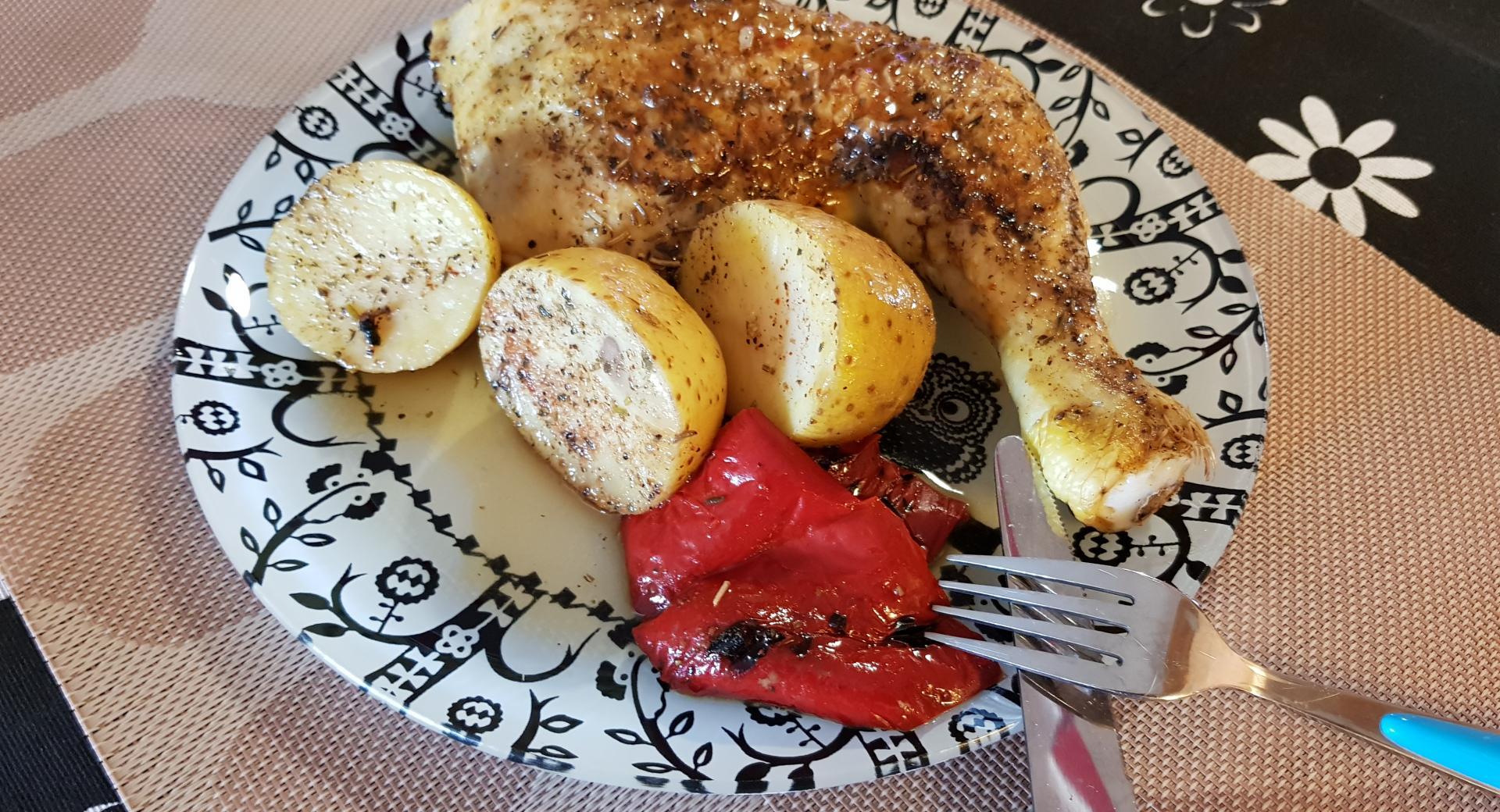 Pollo asado con patatas y pimiento
