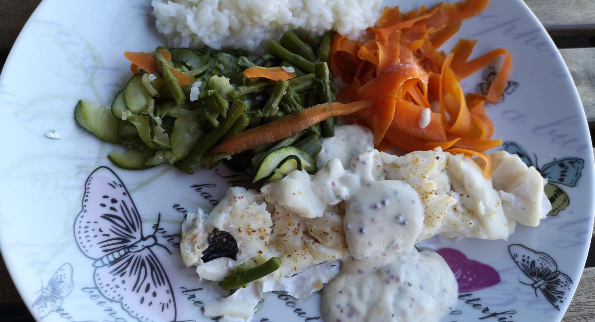 Pescado con arroz y verduras al vapor