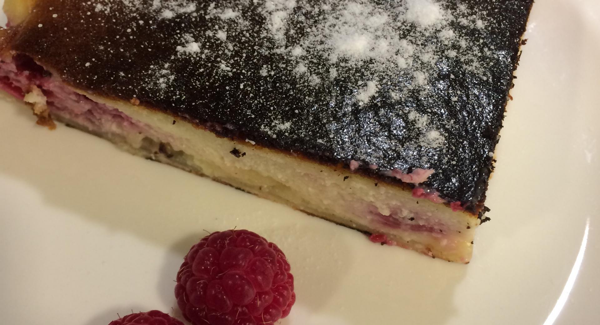 Tarta de mascarpone, chocolate blanco y frambuesas.