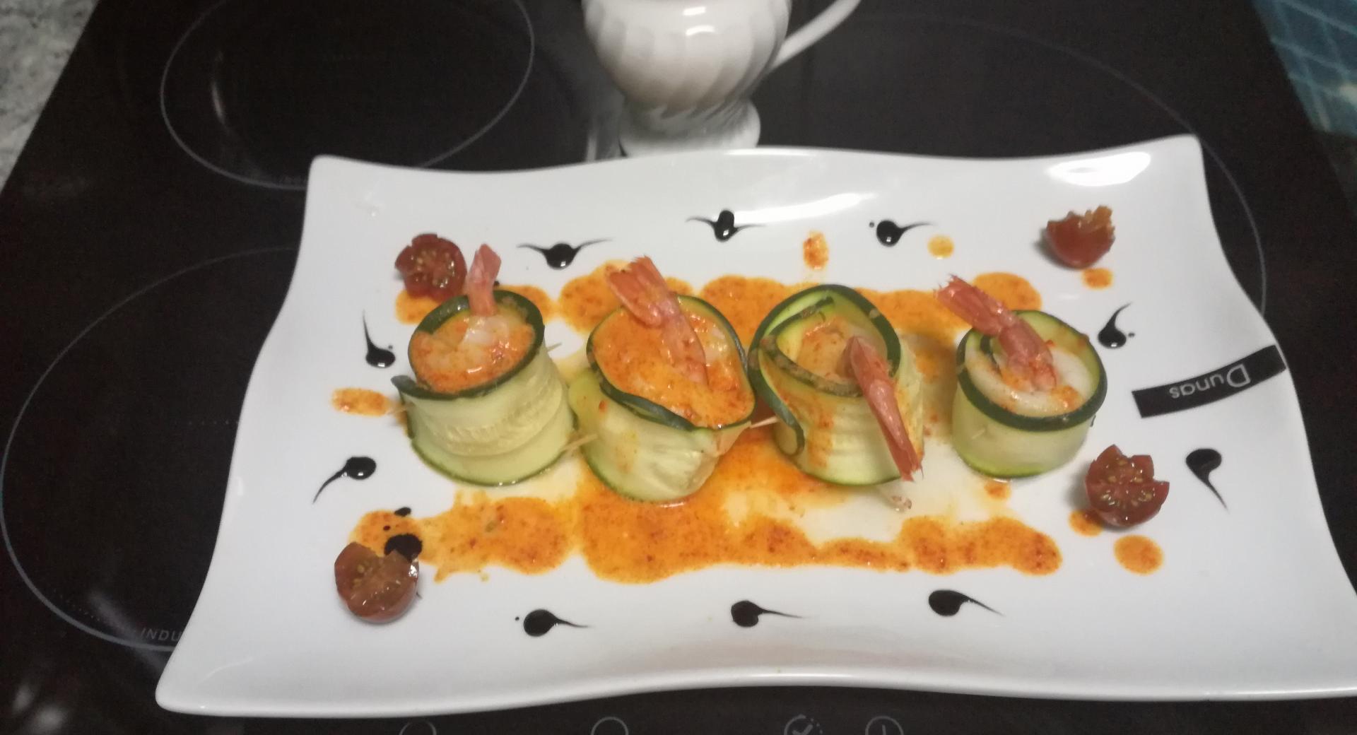 Rollitos de calabacín rellenos con lenguado y langostino  con salsa de whisky y pimientos del piquillo con reducción de Pedro Ximénez
