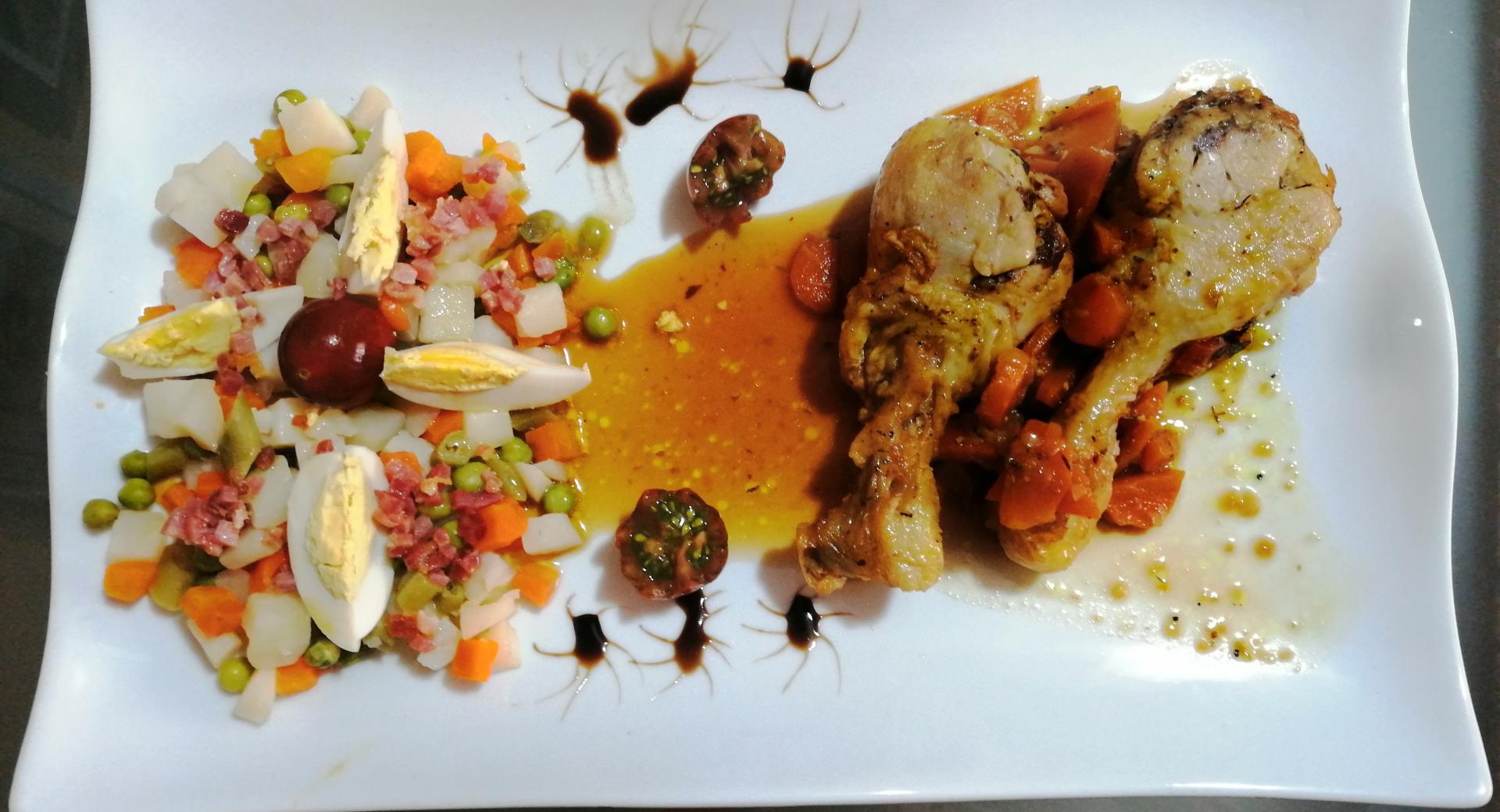 Muslos de pollo especiado con verduras al jerez y ensaladilla con crujiente de jamon