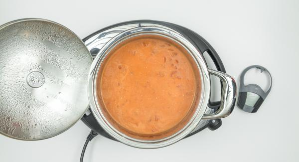 Triturar, aliñar y condimentar la sopa al gusto.