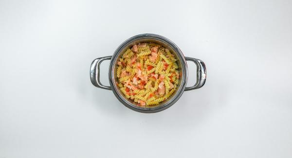 """Mezclar la pasta ya cocida (""""<a href=""""https://www.recetasamc.info/kochen/cocer-de-forma-rapida-y-controlada-con-la-funcion-soft"""">Soft con automático</a>"""") con los ingredientes que se desee, por ejemplo, con dados de jamón, para elaborar sabrosas recetas. Mezclar con nata batida con claras de huevo y condimentar al gusto."""