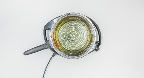 Verter aceite (la cantidad depende de la receta) en una sartén HotPan, colocarla sobre el Navigenio y tapar.