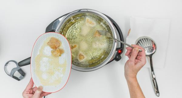 En el Navigenio, seleccionar el nivel 2, introducir los nuggets de pollo en la sartén HotPan y tapar.