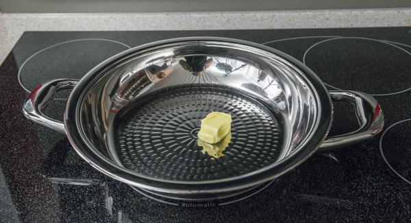 """<span lang=""""DE-CH""""><span><span>Introducir la mantequilla en la paellera y colocarla en el fuego a temperatura máxima. Cuando las tortas de mantequilla empiecen a derretirse, distribuir en la paellera girándola y colocar las hamburguesas de patata. </span></span></span>"""