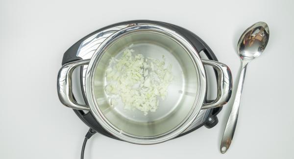 Preparar los ingredientes según la receta. Introducir dados de cebolla en una ollay tapar.