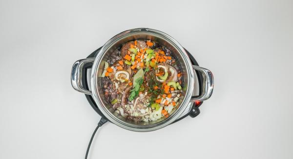 Añadir el resto de los ingredientes, colocar la Tapa Rápida (Secuquick Softline) y cerrar.