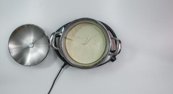 Apagar la señal con el botón derecho o izquierdo. Retirar el Avisador (Audiotherm) y la tapa. Introducir la base de la pizza en la olla caliente y poner el Navigenio a nivel 6.