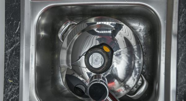 Colocar la olla con la Tapa Rápida (Secuquick Softline) bajo agua corriente fría.