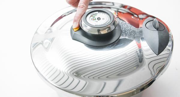 Pulsar el botón derecho para liberar y reducir la presión (no utilizar en caso de platos con nata o leche, sopas de carne o patatas con piel).