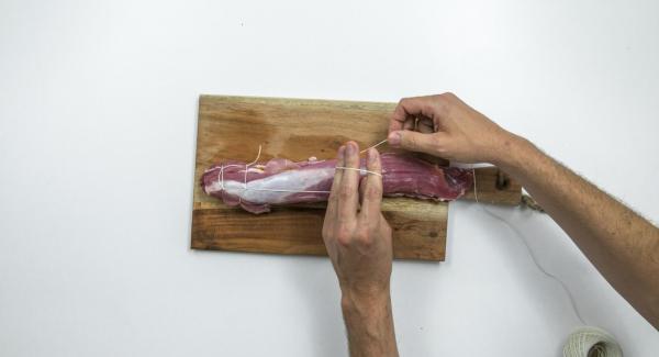 Cerrar el solomillo y atar con el hilo de cocina.