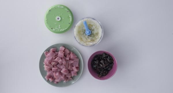 Pelar y cortar en dados las cebollas y los ajos. Cortar el lomo de cerdo y las ciruelas también en dados.