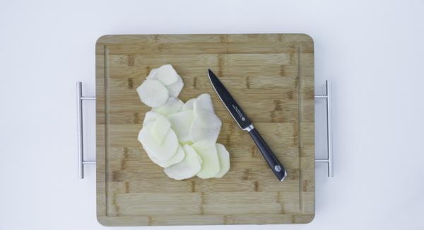 Lavar y cortar la manzana en finas láminas, lo más finas posible.