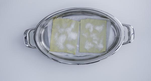 Colocar el hojaldre con el papel de horno en la Oval y tapar.
