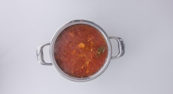 Volver a llevar a ebullición, añadir las ciruelas y cocer a baja temperatura otros 5 minutos. Sacar la hoja de laurel, sazonar el lomo con sal, pimienta, azafrán, cacao en polvo y aceite de oliva. Servir espolvoreado con los piñones.