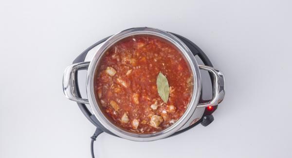 """Cuando el Avisador (Audiotherm) emita un pitido al llegar a la ventana de """"chuleta"""", bajar la temperatura y asar en ella el lomo en porciones a baja temperatura. Junto con la última porción, asar los dados de cebolla y ajo. Salpimentar. Cubrir con el jerez y los tomates colados, añadiendo la hoja de laurel."""