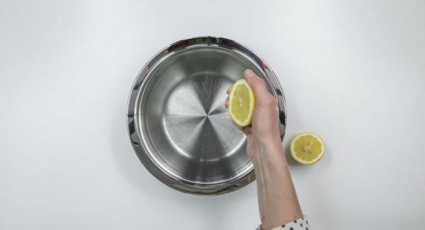 Exprimir zumo de limón y verterlo en un bol junto con agua fría.