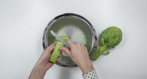 Quitar los tallos de las alcachofas y pelarlas.