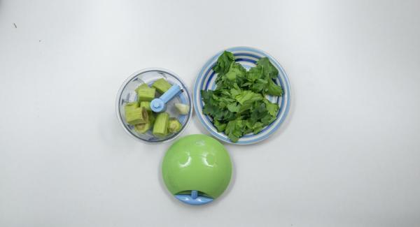 Pelar 1 diente de ajo y trocearlo junto con las hojas de perejil y los tallos de alcachofa en el Quick Cut.