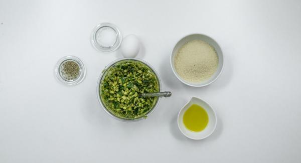 Agregar 80 g de pan rallado, 3 cucharadas soperas de aceite de oliva y 1 huevo. Sazonar con sal y pimienta. Escurrir las alcachofas y rellenarlas con la mezcla.