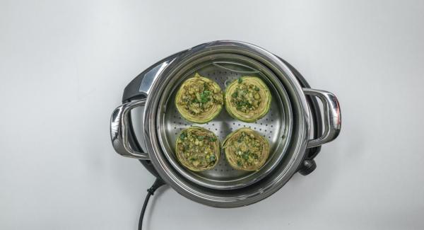 Verter 150 ml de agua en una olla de 24 cm 3,5 L e introducir las alcachofas con la Softiera. Tapar con la Tapa Súper-Vapor (EasyQuick) con el aro de sellado de 24 cm.