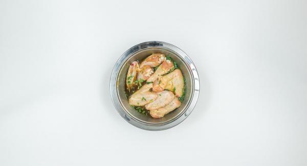 Exprimir la naranja, mezclar su jugo con aceite, miel, salsa de soja y 1/2 cucharada de postre de sal. Quitar las hojas del estragón, picarlas y colocarlas junto con las alitas de pollo en la marinada. Tapar para que se marine durante unas 2 horas.