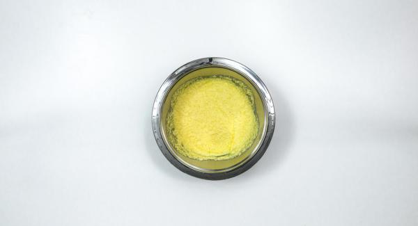 Mezclar la mantequilla con el azúcar y el azúcar de vainilla hasta obtener una masa esponjosa. Agregar los huevos uno a uno.
