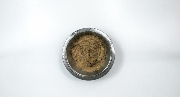 Mezclar la harina, la levadura, la canela, el cacao y las pepitas de chocolate. Ir incorporando el vino tinto poco a poco.