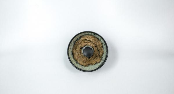 Verter la masa en un molde para pasteles en forma de rosco (de unos 20 cm Ø), previamente untado con mantequilla.