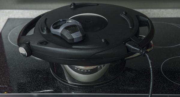 Poner la placa de cocción a temperatura mínima, colocar el Navigenio en modo de horno (poniéndolo invertido encima de la olla). Cuando el Navigenio parpadee en rojo/azul, introducir 40 minutos en el Avisador (Audiotherm) y hornear hasta que esté dorado.